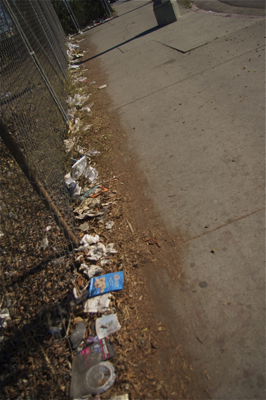 Trash collects along a vacant space on Cesar Chavez. Sahra Sulaiman/LA Streetsblog