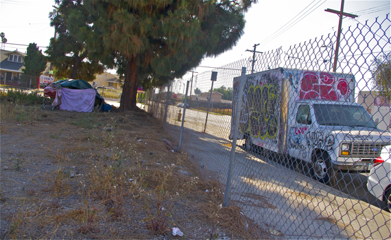 Someone has moved into a lot on Figueroa and 52nd. Sahra Sulaiman/Streetsblog LA